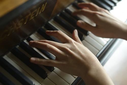 pianist playing Schubert Piano Trio No. 1