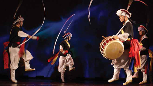 Korean dancers and drummers