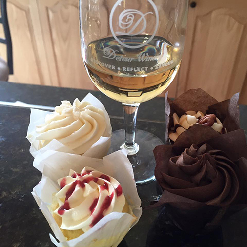 4 cupcakes paired with Detour's wines