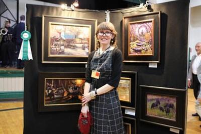 Kari Ganoung Ruiz with her award winning artwork at the 2018 Collectors' Preview Sale