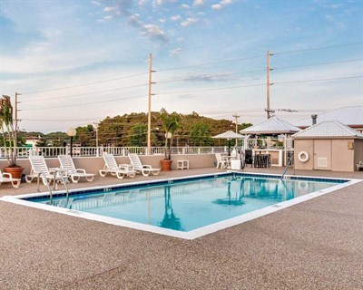 Quality Inn & Suites Oceanblock pool area
